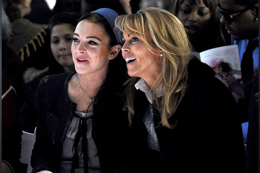 La madre de Lindsay Lohan se compromete con su novio de internet