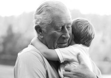 Lo que más extraña el príncipe Carlos durante la cuarentena: abrazar a sus nietos