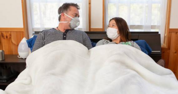 Un grupo de expertos de Harvard explicó que las parejas deben evitar besarse, usar cubrebocas durante el sexo y desinfectar el dormitorio para evitar propagar la enfermedad.