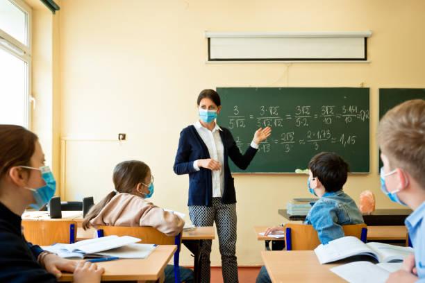 Un estudio reveló que los menores de 20 años tienen la mitad de posibilidades de contraer COVID-19
