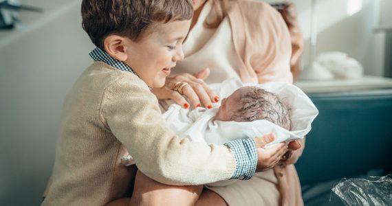 El hermano mayor y el nuevo bebé