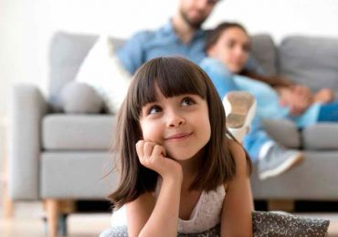 Padres e hija relajados