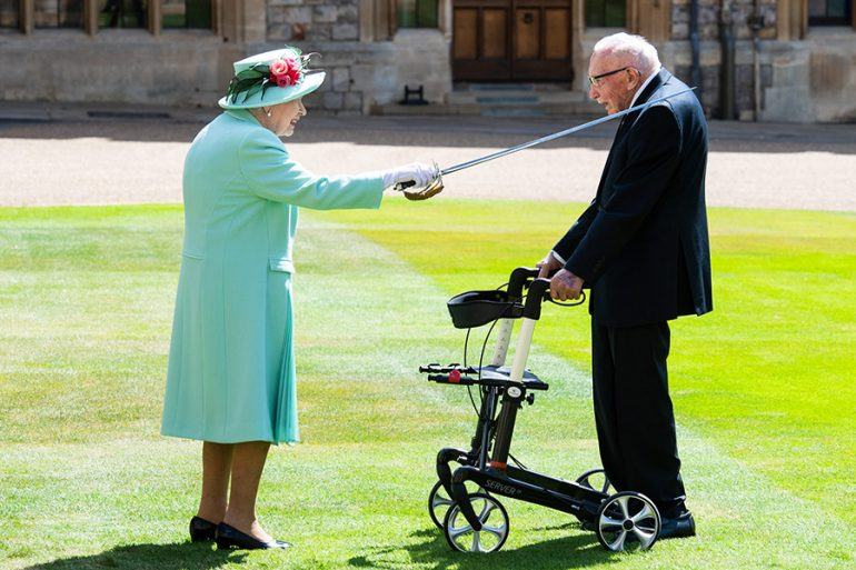 La reina Isabel lo nombra Caballero a sus 100 años Tom Mooren