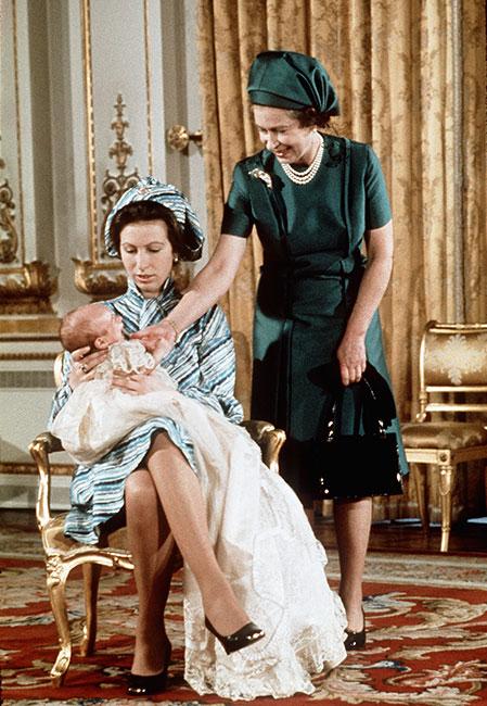 La princesa Ana con Peter Phillips y la reina Isabel