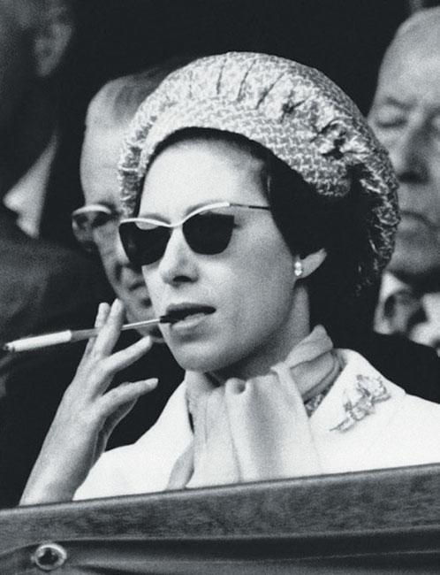 La princesa Margarita fumando