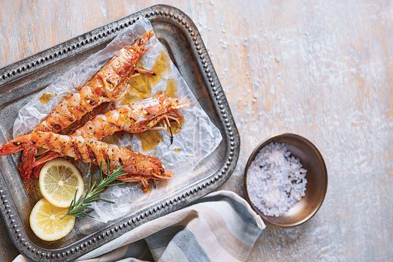 Brochetas de camarón marinado