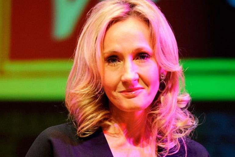 Acusada de transfobia, J.K. Rowling devuelve un premio