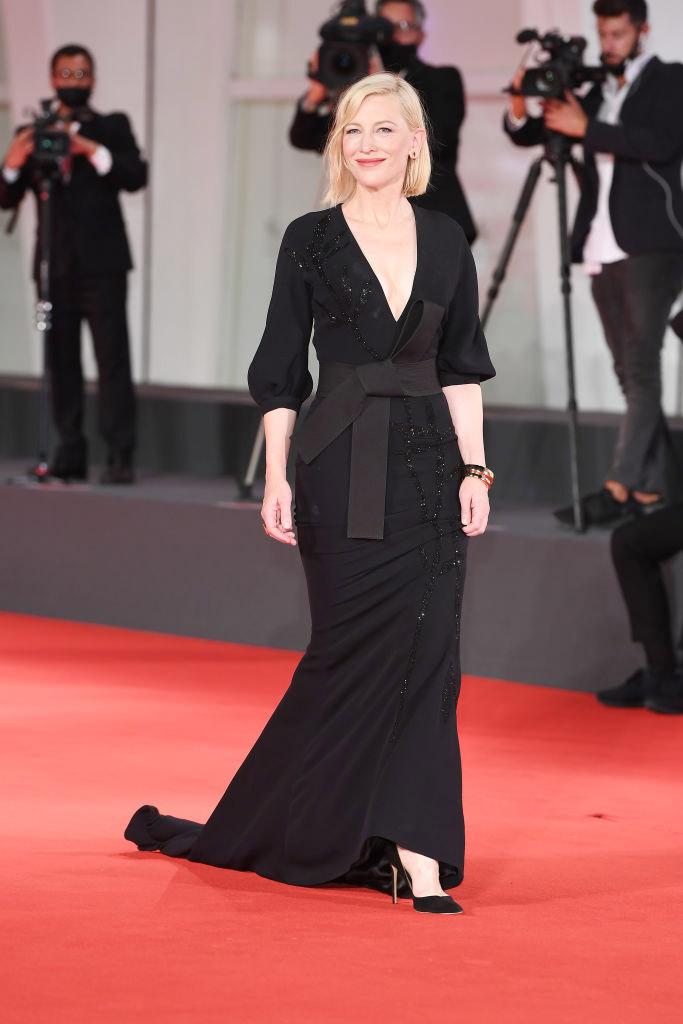 Cate Blanchett con vestido negro de Armani