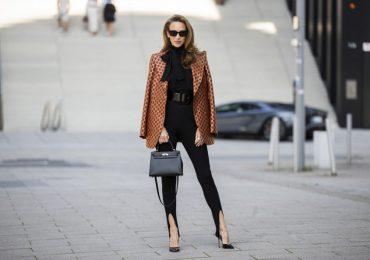 modelo con leggings negros