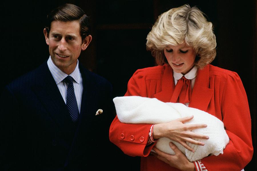Carlos y Diana, príncipes de Gales, presentan al príncipe Harry recién nacido el 15 de septiembre de 1984