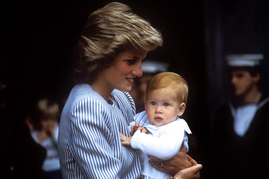 La princesa diana de gales lleva en brazos a su hijo mejor el principe harry
