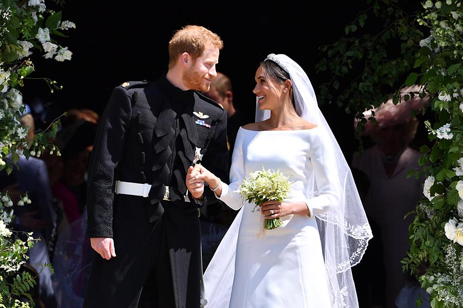 principe harry y meghan markle saliendo de la capilla de san jorge en el dia de su boda