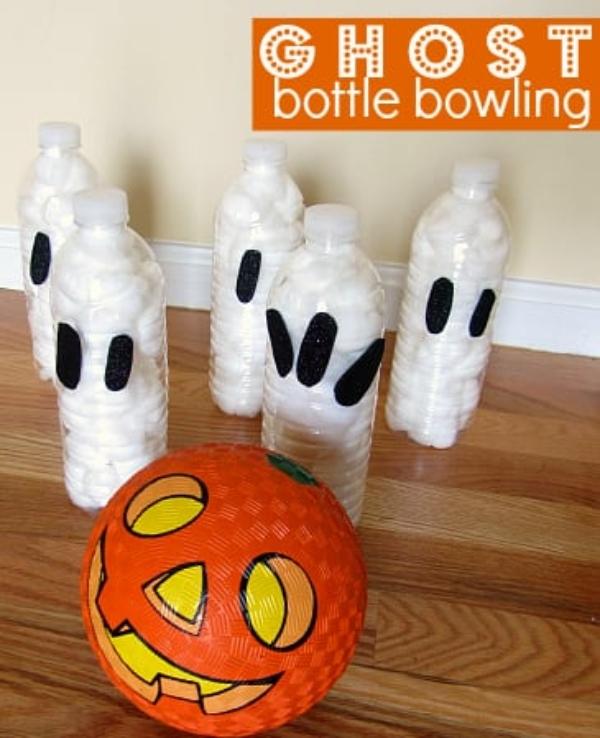 boliche con botellas recicladas para jugar en halloween
