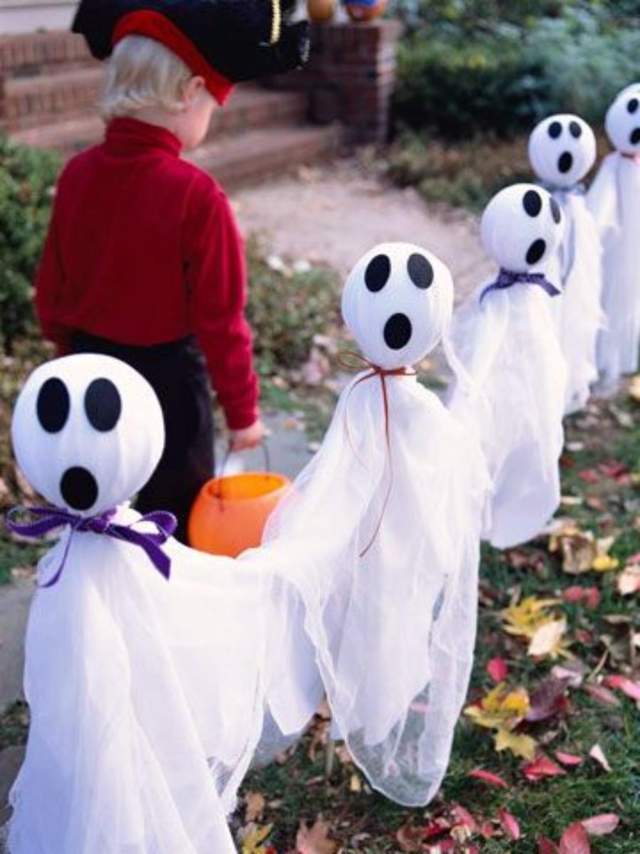 ideas para decorar el jardín en halloween fantasmas