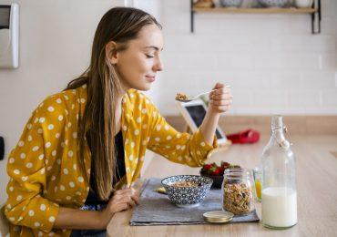 mujer desayuno