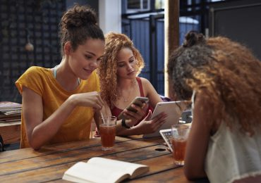 mujeres con agua de tamarindo