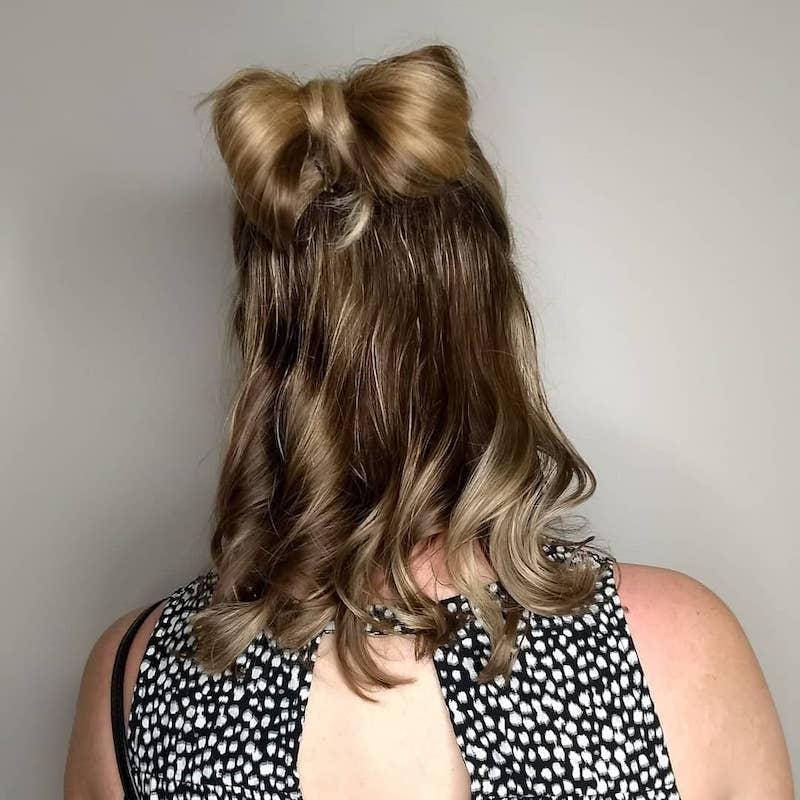 el moño o bow es un peinado para cabello corto que no pasa de moda