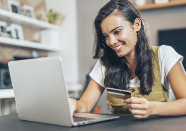 finanzas buen fin mujer con dinero
