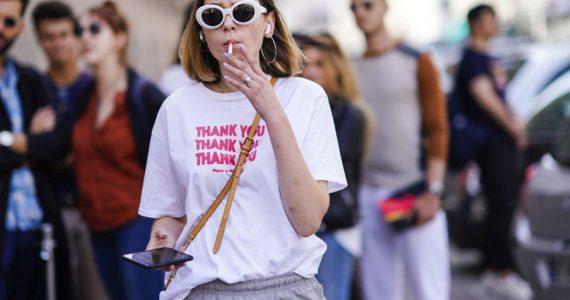 mujer fumando cigarro