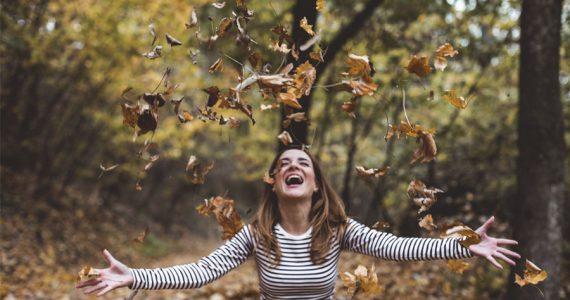 otoño mujer feliz