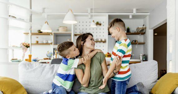 niños familia en casa