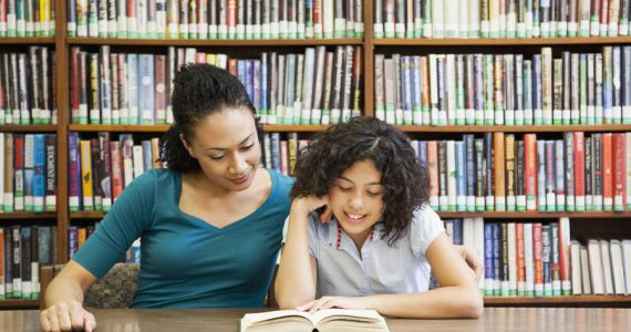 niños leyendo en familia
