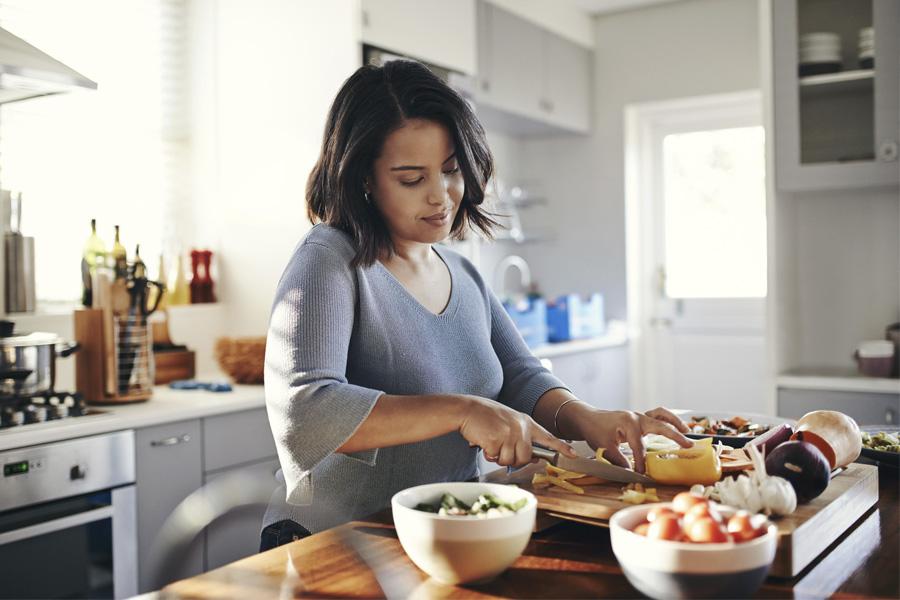 slow food mujer cocinando
