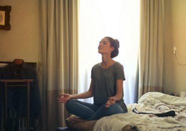 terapia y mujer meditando meditación