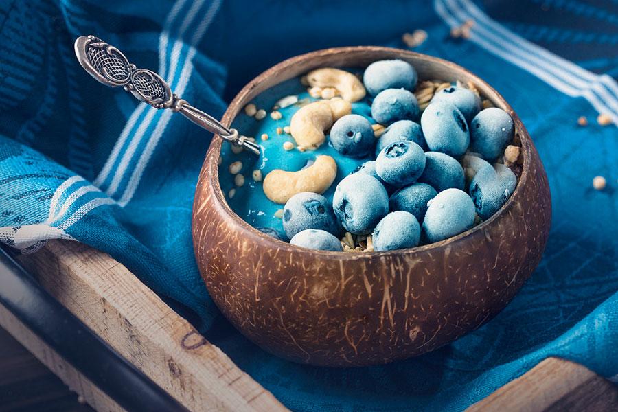 Bowl de frutas tropicales y espiguilla azul