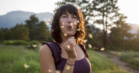 año del buey 2021 mujer meditando feliz