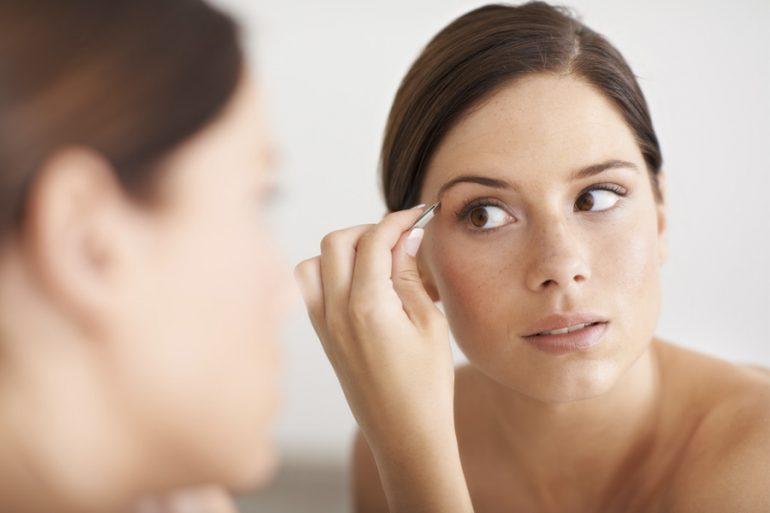 maquillaje de cejas mujer cubrebocas