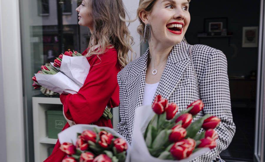 mujer que ama los tulipanes