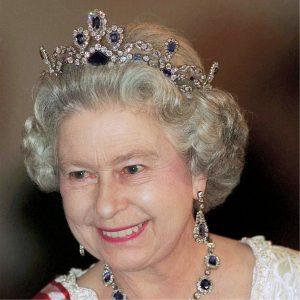Reina Elizabeth II con corona de zafiros belgas