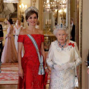 Leticia de España con la corona Flor de Lis junto a la reina Elizabeth II