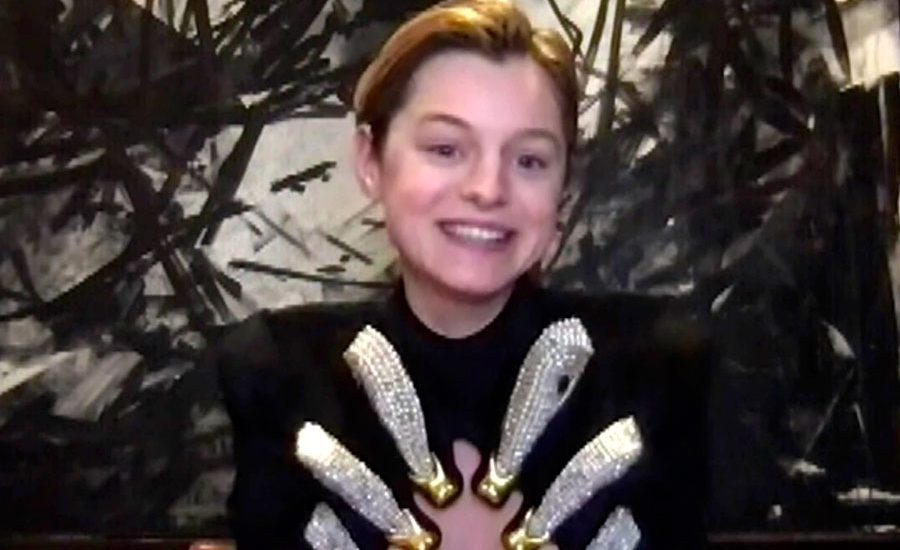 El llamativo vestido de Emma Corrin en los Critics Choice Awards