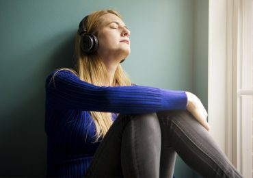 audiolibros desde casa descansar meditar mujer