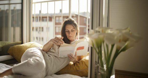 libros para leer en casa o vacaciones mujer leyendo