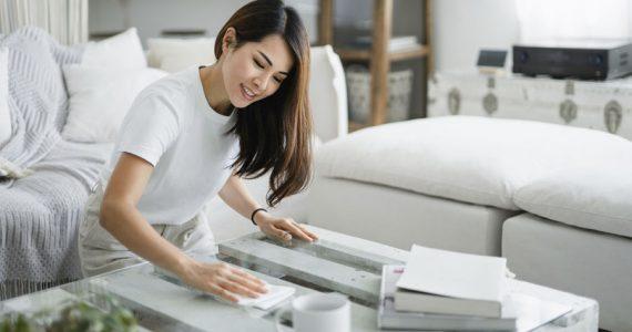 mujer limpieza de casa hogar