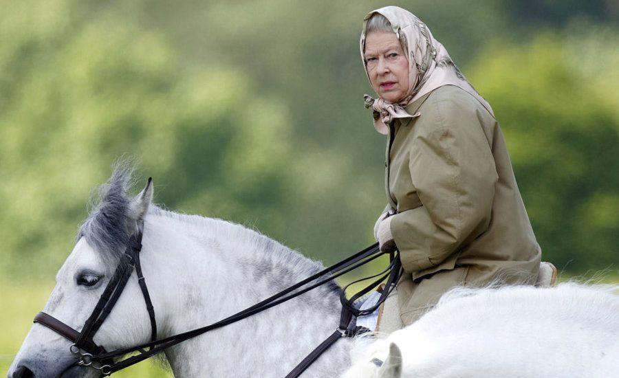 familia real británica montar a caballo reina isabel II