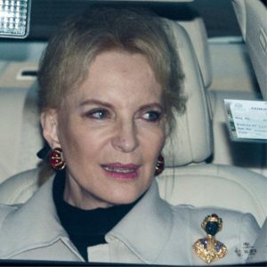 Princesa de Kent con prendedor qie simboliza racismo