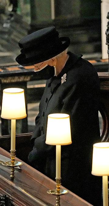 El broche de la reina Isabel en el funeral del duque de Edimburgo