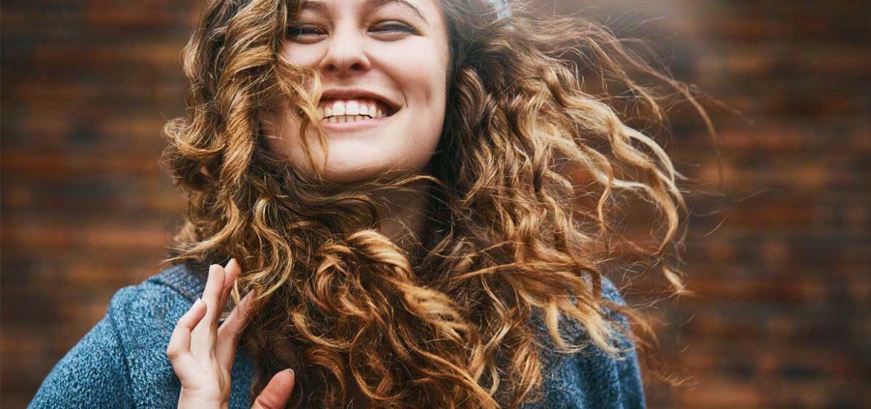 El pelo rizado requiere de algunos cuidados específicos, ¡pero no todo está perdido! Esa melena con rizos puede lucir genial con estos tips.