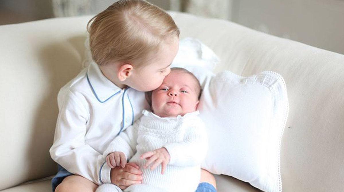 Las primeras fotos del príncipe George con la princesa Charlotte