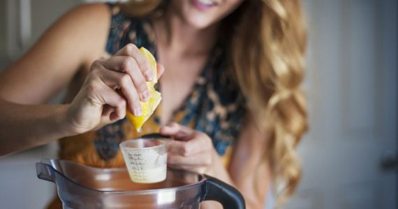 tomar jugo de cáscara de limón beneficios bienestar