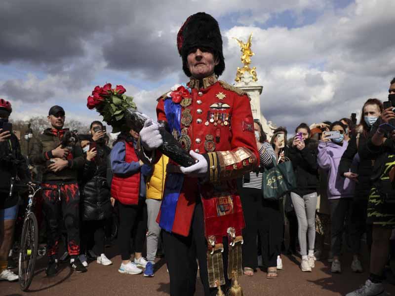palacio de buckingham multitudes lamentan la muerte de felipe de edimburgo 2021