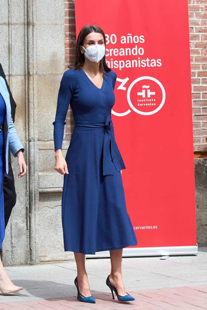 reina letizia vestido azul massimo dutti por el día del libro