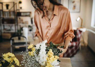 beneficios de tener flores en casa mujer feliz