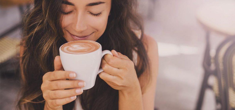 tomar café y dormir bien mujer