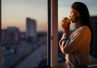 mujer ventana día mundial de la esclerosis múltiple