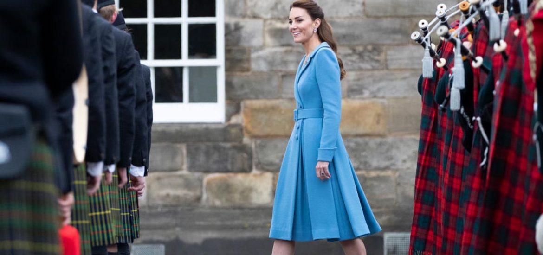 Desde un cómodo conjunto con jeans y gorra hasta gabardina tartán. Kate Middleton deslumbró con estos looks en Escocia.